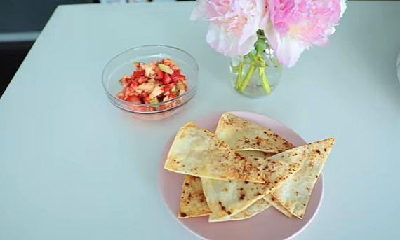 Ovocná salsa so škoricovými chipsami