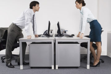 Vzťahy na pracovisku nie sú niekedy ideálne. Ako ich vylepšiť?
