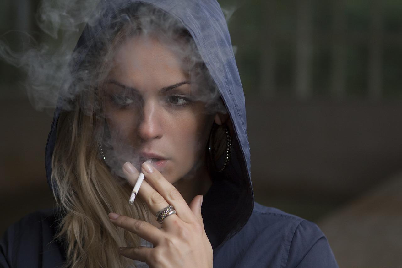 Fajčenie (Zdroj: https://pixabay.com/en/woman-smoking-cigarette-tobacco-918616/)