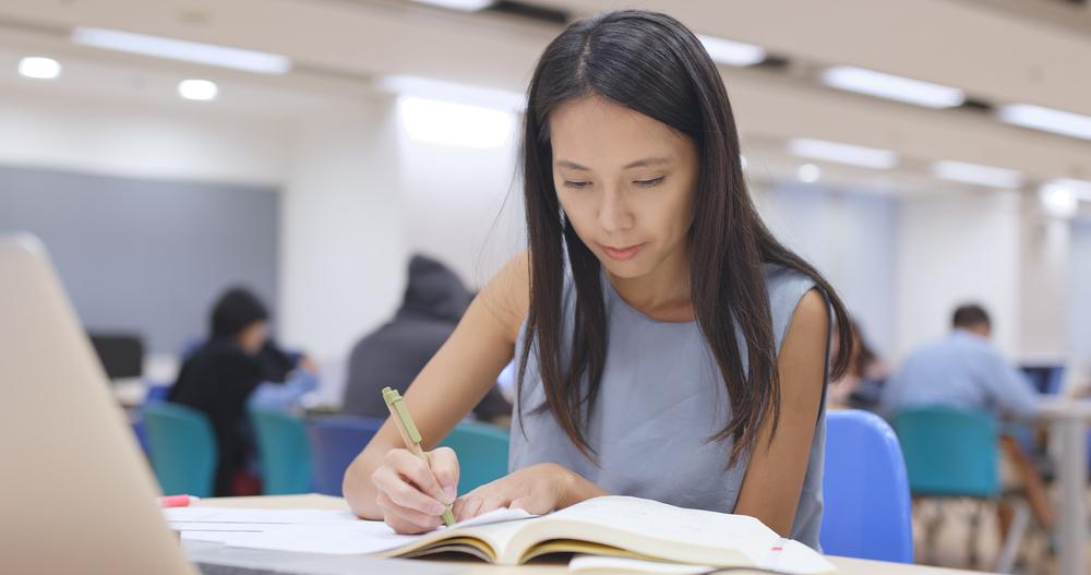 Študentka píše bakalársku prácu