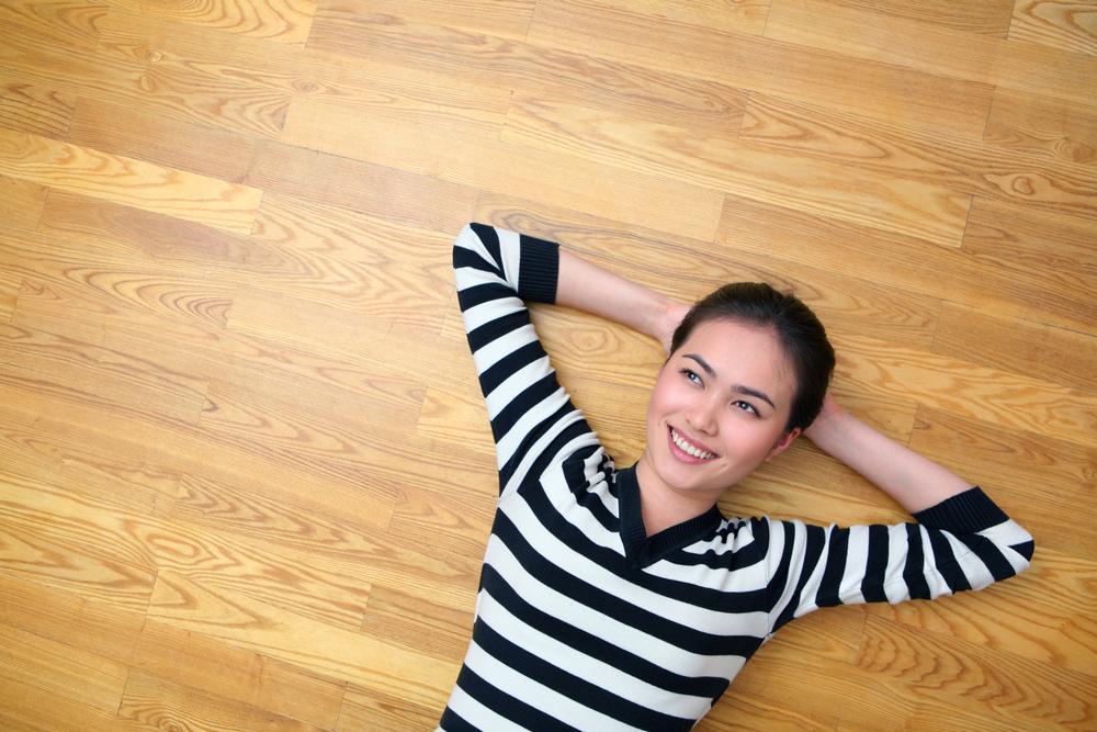 Žena oddychuje na podlahe